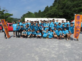 (1)陸上競技部(右側)、泉ゼミ(左側)の学生たち