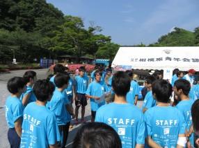 (2)陸上競技部の学生たちに注意を与える成田先生(中央)