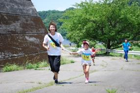 (14)城山湖から山に入る登りを颯爽と、黄色ゼッケンは親子の部9㎞